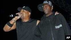 Chuck-D de Public Enemy (à gauche) et Flavor Flav en concert en 2007