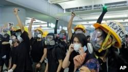 香港抗议者用激光笔发射激光 (2019年8月21日)