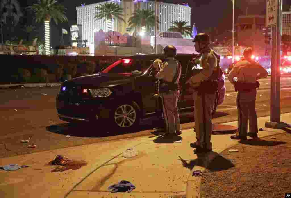 La police reste pour patrouiller après la fusillade lors d'un festival de musique, à Las Vegas, le 2 octobre 2017.