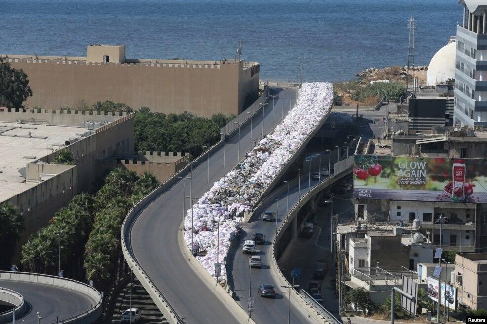 레바논 베이루트의 고가도로변에 쓰레기 봉투가 쌓여있다.