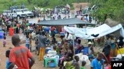 Abimukira ba RDC muri Angola bakoraniye hafi y'urubibe rwa Kamako, ruhana ra Kongo, itariki 12/10/2018.