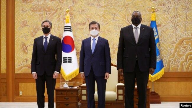 Tổng thống Hàn Quốc Moon Jae-in (giữa) cùng Ngoại trưởng Hoa Kỳ Antony Blinken và Bộ trưởng Quốc phòng Mỹ Lloyd Austin, ngày 17/3/2021.