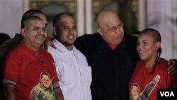 Presiden Venezuela Hugo Chavez (kedua dari kanan) bersama para pendukungnya yang mencukur gundul kepalanya di Istana Presiden di Caracas, Venezuela (21/8). Aksi cukur kepala ini untuk menunjukkan dukungan perjuangan Chavez melawan kanker.