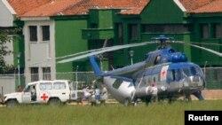 En un helicóptero con emblemas del CICR fueron llevados los alemanes secuestrados de regreso a la libertad.