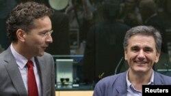 Menteri Keuangan Yunani yang baru dipilih, Euclid Tsakalotos (kanan) disambut Presiden Eurogroup Jeroen Dijsselbloem di Brussels, Belgia (7/7). (Reuters/Yves Herman)