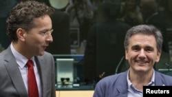 7일 벨기에 브뤼셀에서 열린 유로존 재무장관 회의에 참석한 유클리드 차칼로토스 신임 그리스 재무장관(오른쪽)이 예룬 데이셀블룸 유로그룹 의장의 환영을 받고 있다.