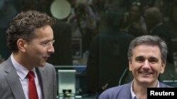 Novoimenovani grčki ministar finansija Euklid Cakalotos i predsednik Evrogrupe Joren Dijselblum na sastanku ministara evrozone o situaciji u Grčkoj.