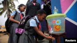 22일 세네갈 라고스의 한 학교 앞 시설에서 학생들이 손을 씻고 있다.
