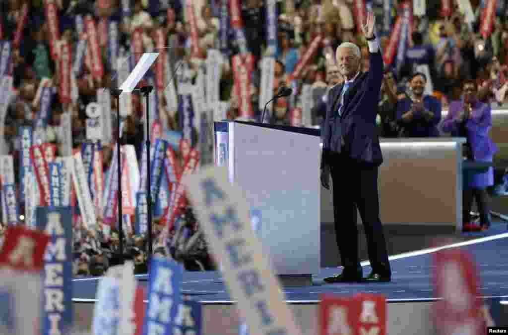 L'ancien président Bill Clinton salue la foule lors du deuxième jour de la convention nationale démocrate à Philadelphie, Pennsylvanie, le 26 juillet 2016.