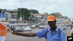Un marchand de portraits du président Ouattara à Abidjan