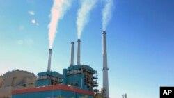 Asap membumbung dari Pembangkit Listrik tenaga batu bara, Coalstrip. Presiden Donald Trump mengatakan keluar dari kesepakatan iklim global akan mendorong ekonomi Amerika.(Foto:dok)