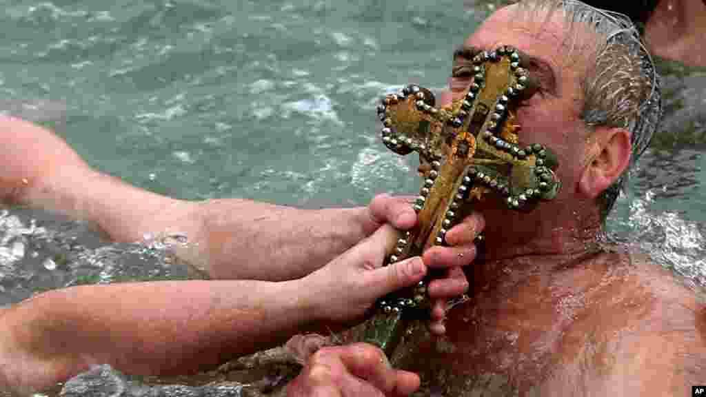El beso de la cruz en Estambul, Turquía.
