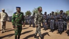 Ivory Coast army chief-of-staff Soumaila Bakayoko (L) and Malian army chief-of-staff Ibrahima Dahirou Dembele (C) inspect Malian troops at an air base in Bamako, Mali, January 16, 2013.