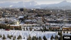 Suasana di ibukota Kabul saat dilanda badai salju (foto: dok). Longsoran salju di provinsi Badakhshan menewaskan sedikitnya 37 orang.