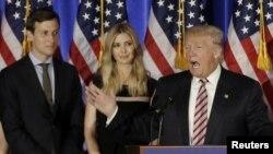 ທ່ານ Donald Trump ກ່າວຖະແຫລງໃນຂະນະ ລູກເຂີຍຂອງທ່ານ ຄື່ ທ່ານ Jared Kushner ແລະລູກສາວ Ivanka ຂອງທ່ານ ກຳລັງຢືນຟັງ ຢູ່ງານໂຄສະນາຫາສຽງ ທີ່ ສະໂມສອນ Trump National Golf Club Westchester ໃນຄຸ້ມ Briarcliff Manor ຂອງລັດ New York, ວັນທີ 7 ມິຖຸນາ 2016.