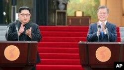문재인 한국 대통령과 김정은 북한 국무위원장이 지난 4월 판문점에서 정상회담을 마치고 '판문점선언'을 발표했다.