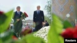 Rossiya Prezidenti Vladimir Putin (o'ngda) O'zbekiston Bosh vaziri Shavkat Mirziyoyev bilan Samarqandda Islom Karimov qabriga gul qo'ymoqda, 6-sentabr, 2016-yil.