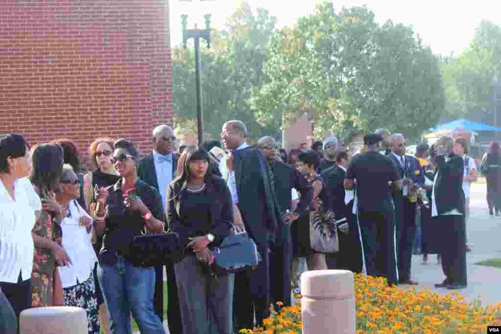 La línea le daba una vuelta a la iglesia donde se celebró el funeral del joven afroestadounidense de 18 años. [Foto: Alberto Pimienta, VOA]
