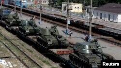 在靠近烏克蘭邊界的羅斯托夫州卡緬斯克-沙赫京斯基市火車站上可以看到列車上運載著自行榴彈炮。(2014年8月24日)