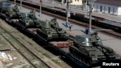 A freight car loaded with self-propelled howitzers is seen at a railway station in Kamensk-Shakhtinsky, Rostov region, near the border with Ukraine, August 24, 2014.