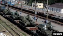 在靠近乌克兰边界的罗斯托夫州卡缅斯克-沙赫京斯基市火车站上可以看到列车上运载着自行榴弹炮。(2014年8月24日)
