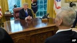 도널드 트럼프 미국 대통령이 지난 2월 백악관 집무실에서 류허 국무원 부총리를 면담하고 있다.