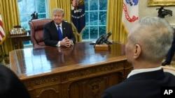 도널드 트럼프 미국 대통령이 지난 22일 백악관 집무실에서 류허 중국 국무원 부총리(오른쪽 첫번 째)를 면담하고 있다.