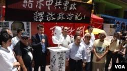 香港社運人士曾健成(左二)牽頭製作劉曉波雕像 (美國之音湯惠芸拍攝)