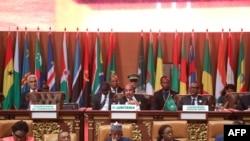 Le président mauritanien Mohamed Ould Abdel Aziz, le président rwandais Paul Kagame et le secrétaire général de la Commission de l'Union africaine, Mourad Ben Dhiab, à la séance plénière de la 31ème session ordinaire des Chefs d'Etat et de gouvernement de l'Union africaine à Nouakchott, Mauritanie, 1er juillet 2018. / AFP PHOTO / Ahmed OULD MOHAMED OULD ELHADJ