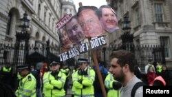 Para demonstran oposisi melakukan unjuk rasa di dekat Downing Street di Whitehall, London menuntut pengunduran diri PM David Cameron hari Sabtu (9/4).