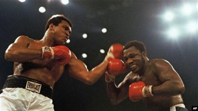 Muhammad Ali (trái) và Joe Frazier trong trận đấu quyền Anh 12 hiệp ngày 28 tháng 1, 1974 ở Madison Square Garden, New York.