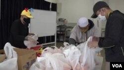 Organisasi Muslim Indonesia dan Warga Muslim Bagi Sembako untuk Komunitas di Silver Spring, Maryland. (Foto: VOA)