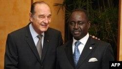 Le président centrafricain Francois Bozize (à dr.) et son homologue français Jacques Chirac, le 14 février 2007 à Cannes, en France. (Photo by PATRICK KOVARIK / AFP POOL / AFP)