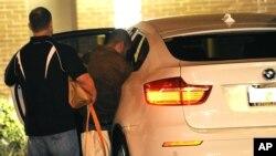 George Zimmerman, derecha, sube a un BMW junto a una persona no identificada. Zimmerman salió libre la medianoche del domingo.