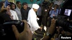 13일 수단 수도 하르툼 대선 투표소에서 오마르 알 바시르 수단 대통령이 투표하고 있다.