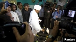 Presiden Sudan, Omar Hassan al-Bashir, memberikan suara dalam pemilu di Khartoum (13/4). (Reuters/Mohamed Nureldin Abdallah)