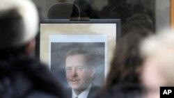 捷克前總統哈維爾的遺像星期五被擺放在布拉格的一個窗戶上