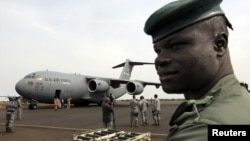 Malilik askar Bamakodagi aeroportni qo'riqlamoqda. AQSh fransuz askarlarini manzilga eltishda yordam berayapti.