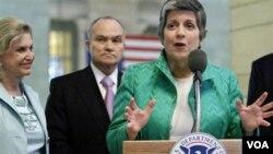 Menteri Keamanan Dalam Negeri AS, Janet Napolitano (kanan) mengusulkan perubahan prioritas kebijakan deportasi.