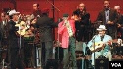 """El álbum Mambo Sinuendo ganó el Grammy Latino por """"mejor álbum instrumental de pop""""."""