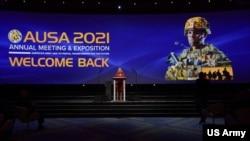 美国陆军部长克里斯汀·沃穆思2021年10月11日在美国陆军协会(AUSA)年会暨武器展开幕式致辞(图片来源:美国陆军)