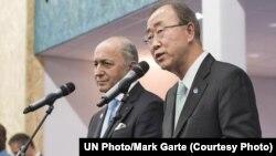 ທ່ານ Ban Ki-moon (ຂວາ) ເລຂາທິການໃຫຍ່ ສປຊ ແລະ ລັດຖະມົນຕີ ການຕ່າງປະເທດຝຣັ່ງ ທ່ານ Laurent Fabius ປະທານກອງປະຊຸມ ວ່າດ້ວຍການປ່ຽນແປງ ດິນຟ້າອາກາດ ຂອງສະຫະປະຊາຊາດ ລາຍງານຕໍ່ກອງປະຊຸມ ຖະແຫຼງຂ່າວ ຢູ່ປາຣີ. (12 ທັນວາ 2015)