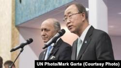 Sekjen PBB Ban Ki-moon (kanan) dan Menteri Luar Negeri Perancis dan Presiden PBB untuk Konferensi Perubahan Iklim (COP21) Laurent Fabius, memberikan keterangan pada media di Paris (12/12).