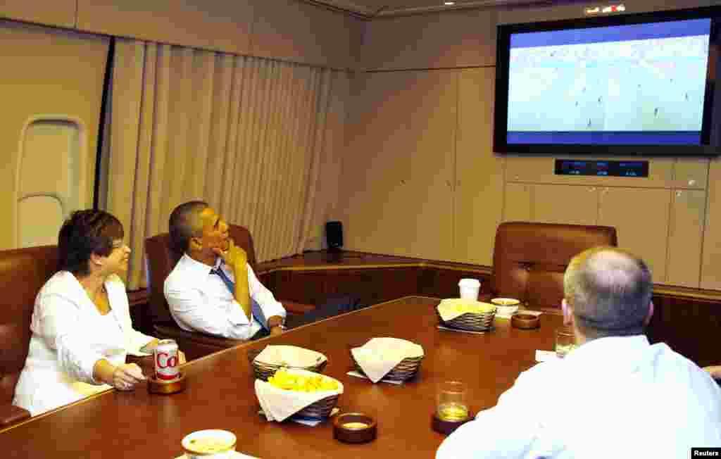 صدر اوباما جرمنی اور امریکہ کے مابین کھیلا جانے والا میچ دیکھ رہے ہیں۔