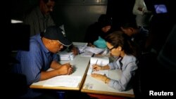 Les membres d'un bureau de vote comptent les bulletins à Rabat, au Maroc, 7 octobre 2016.