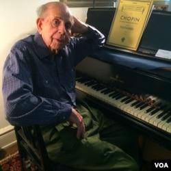 Walter Hautzig in his New York apartment, July 16, 2014 (VOA / Adam Phillips)