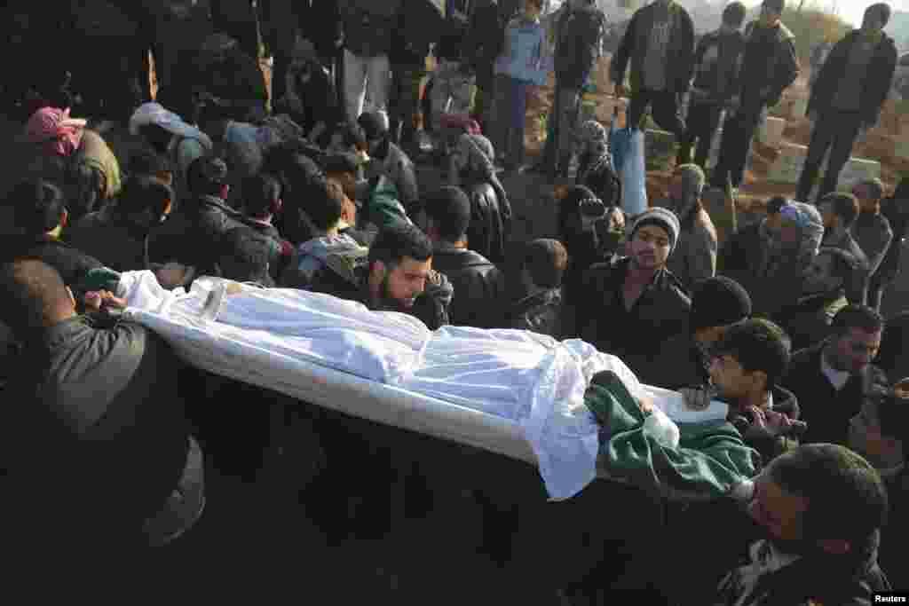 다마스쿠스 인근에서 한 사회운동가가 매복 습격을 당해 사망한 가운데, 24일 장례가 치러지고 있다.