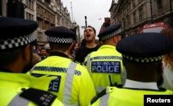Un manifestante anti-Brexit grita frente a la policía en Londres, el 31 de agosto de 2019. Reuters/Henry Nicholls.