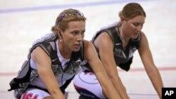 Dotsie Bausch (kiri) dan kawan satu tim Lauren Michelle dalam Kejuaraan Dunia Sepeda Trek 2010 di Denmark. (Photo: AP)