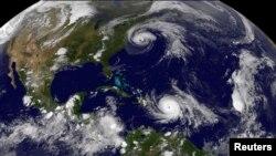 Badai Maria mengancam Kepulauan Virgin dan Puerto Riko, Selasa (19/9) setelah menghancurkan negara kepulauan Dominika yang kecil itu dan Badai Jose (atas) keduanya terlihat di Samudra Atlantik dalam citra satelit GOES East NOAA yang diambil pada pukul 21.45. EDT pada tanggal 19 September 2017 (0145 UTC, 20 September 2017). (Foto Courtesy: NASA/NOAA GOES Project/Handout via REUTERS)